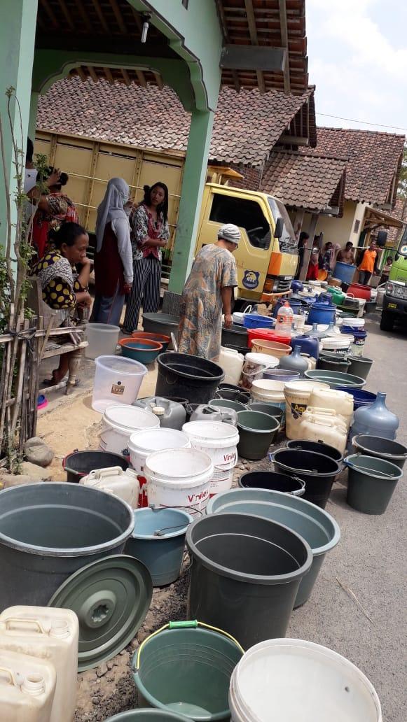 Antrian ember dari korban kekeringan di Banjarnegara